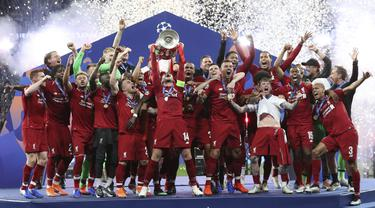 Para pemain Liverpool merayakan gelar juara Liga Champions 2019 usai mengalahkan Tottenham Hotspur di Stadion Wanda Metropolitano, Madrid, Minggu (2/6). Liverpool menang 2-0 atas Tottenham Hotspur. (AP/Francisco Seco)