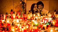Ratusan lilin dinyalakan di depan foto jurnalis investigasi Slovakia Jan Kuciak dan pacarnya Martina Kusnirova di pusat kota Bratislava (27/2). Jan Kuciak dan kekasihnya ditemukan tewas ditembak di rumah yang mereka tempati. (AFP Photo/Vladimir Simicek)