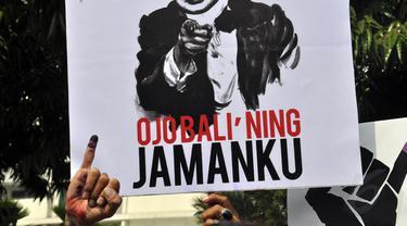 """Poster bergambar mantan Presiden Soeharto dengan tulisan """"Ojo Bali' Ning Jamanku"""" di aksi tolak UU Pilkada, Jakarta, (12/10/14). (Liputan6.com/Miftahul Hayat)"""
