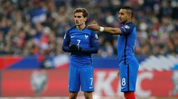 Pemain Prancis, Antoine Griezmann (kiri) dan Dimitri Payet bersiap melakukan tendangan bebas  saat melawan Swedia pada laga grup A Kualifikasi Piala Dunia 2018 di Stade de France Stadium, Saint-Denis, Prancis, (11/11/2016). (Reuters/Benoit Tessier)