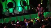 Hamdan Att saat membawakan lagu Debu - Debu Jalanan, Minggu (9/3/2014). ( foto : Miftahul Hayat )