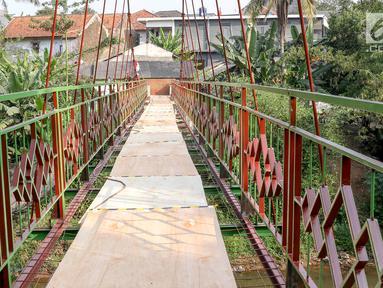 Penampakan jembatan gantung yang diberi julukan Indiana Jones di Srengseng Sawah, Jagakarsa, Jakarta, Jumat (3/8). Pemprov DKI membangun jembatan Indiana Jones karena yang lama sudah tidak layak. (Liputan6.com/Immanuel Antonius)