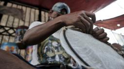 Pedagang membuat beduk saat menunggu pembeli di kawasan Tanah Abang, Jakarta, Selasa (19/5/2020). Merebaknya pandemi virus corona Covid-19 di Ibu Kota menyebabkan omset penjualan beduk di Tanah Abang menurun hingga 70 persen. (merdeka.com/Iqbal Nugroho)