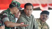 Presiden Jokowi meninjau latihan TNI di Natuna