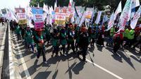 Massa buruh dan pekerja dari berbagai daerah memadati Jalan MH Thamrin, Jakarta, dalam peringatan May Day, Senin (1/5). Dalam aksi ini, buruh menyuarakan sejumlah tuntutan, di antaranya tolak upah murah dan hapus outsourcing. (Liputan6.com/Johan Tallo)