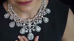 Karyawan Sotheby memamerkan kalung berlian Harry Winston sekitar tahun 1973 selama pratinjau di Sotheby, Jenewa, Swiss, Kamis (6/5/2021). Kalung ini berbentuk pir dengan berat 3,77 - 20,72 karat yang mewakili total 280 karat, diperkirakan terjual 1,5 - 2,5 USD. (Martial Trezzini/Keystone via AP)