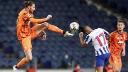 Gelandang Juventus, Adrien Rabiot, berebut bola dengan pemain Porto, Jesus Corona, pada laga Liga Champions di Stadion Dragao, Kamis (18/2/2021). Porto menang dengan skor 2-1. (AP/Luis Vieira)