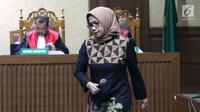 Terdakwa suap kontrak kerja sama pembangunan PLTU Riau-1, Eni Maulani Saragih bersiap menjalani sidang pembacaan tuntutan di Pengadilan Tipikor, Jakarta, Selasa (22/1). Eni dituntut 8 tahun penjara, denda Rp 300 juta. (Liputan6.com/Helmi Fithriansyah)