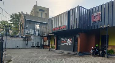 Cafe Bc Makassar dikabarkan bebas jualan minuman beralkohol meski letaknya berhadapan langsung dengan sekolah (Liputan6.com/ Eka Hakim)