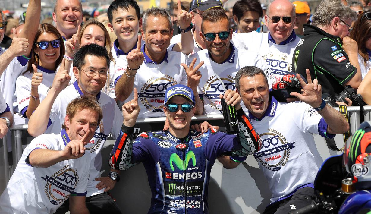 Pebalap Movistar Yamaha, Maverick Vinales, berpesta bersama krunya usai memenangi MotoGP Prancis di Sirkuit Le Mans, Sarthe, Minggu (21/5/2017). (EPA/Eddy Lemaistre)