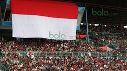 Fans tim MotoGP Repsol Honda memadati tribun Sirkuit Sentul, Bogor, untuk berjumpa dengan Marc Marquez dan Dani Pedrosa. Minggu (14/2/2016). (Bola.com/Nicklas Hanoatubun)