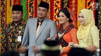 Putri Presiden Joko Widodo, Kahiyang Ayu dan Bobby Nasution setibanya di lokasi pesta adat pernikahan mereka di Kompleks BHR-Tasbi, Medan, Jumat (24/11). Kedatangan Kahiyang dan Bobby disambut gordang sambilan. (Liputan6.com/Pool/Media Center)