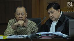 Terdakwa penerbitan SKL terhadap obligor BLBI, Syafruddin Arsyad Temenggung bersama penasehat hukumnya saat menjalani sidang lanjutan di Pengadilan Tipikor, Jakarta, Rabu (6/6). Sidang mendengar keterangan saksi. (Liputan6.com/Helmi Fithriansyah)