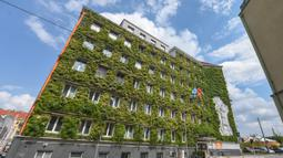 Fasad (muka bangunan) terlihat hijau di Kantor Pusat MA 48, Wina, Austria, 22 Juli 2020. Wina menarik perhatian dunia dengan model pembangunan kota hijaunya yang menyokong perjalanan ramah lingkungan, penghijauan perkotaan, dan gaya hidup hijau. (Xinhua/Guo Chen)