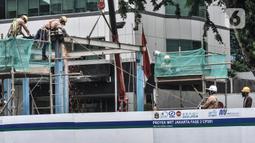 Para pekerja menyelesaikan pembongkaran Halte Transjakarta Bank Indonesia di Jalan MH Thamrin, Jakarta, Senin (18/1/2021). Halte tersebut dibongkar untuk kelanjutan proyek MRT Fase 2 CP201 rute Bundaran HI-Harmoni yang ditargetkan rampung pada Maret 2025. (merdeka.com/Iqbal S. Nugroho)