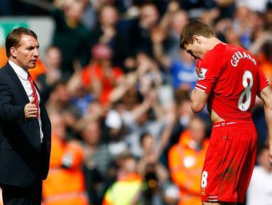 Kapten Liverpool, Steven Gerrard (kanan) tidak bisa menyembunyikan kekecewaannya usai dikalahkan Chelsea 0-2 di stadion Anfield, Liverpool, (27/4/2014). (REUTERS/Darren Staples)