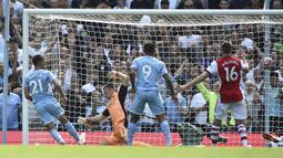 Lima menit berselang, Ferran Torres turut mencatatkan namanya di papan skor sekaligus menggandakan keunggulan City. Bola hasil sepakan kaki kiri Torres dari dalam kotak penalti melesat mulus masuk ke gawang Arsenal. (Foto: AP/Rui Vieira)