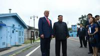 Presiden AS Donald Trump dan Pemimpin Korea Utara Kim Jong-un di sisi selatan garis demarkasi militer, zona demiliterisasi Korea (DMZ), Panmunjom pada Minggu 30 Juni 2019 (Brendan Smialowski / AFP PHOTO)