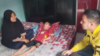 Rajaqian Putra Bagas, bocah 7 tahun penderita meningitis di Bekasi yang sehari-hari hanya bisa terbaring lemah di tempat tidur. (Liputan6.com/Bam Sinulingga)