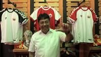 Presiden Persija Jakarta, Gede Widiade melakukan sesi foto pada salah satu gerai The Jakmania di Percetakan Negara, Selasa (12/9/2017). Persija dan The Jakmania resmi meluncurkan 43 store di Jabodetabek. (Bola.com/Nicklas Hanoatubun)