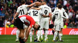 Perayaan gol keduaa Benzema pada laga lanjutan La Liga di pekan ke-33 yang berlangsung di Stadion Santiago Bernabeu, Madrid, Minggu (21/4). Real Madrid menang 3-0 atas Bilbao. (AFP/Gabriel Bouys)