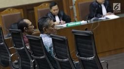 Terdakwa suap putusan perkara perdata yang juga Hakim PN Jakarta Selatan, Iswahyu Widodo (kiri) dan Irwan saat menjalani sidang putusan di Pengadilan Tipikor, Jakarta, Kamis (11/7/2019). Keduanya dihukum 4 tahun 6 bulan penjara, denda Rp200 juta subsider 2 bulan. (Liputan6.com/Helmi Fithriansyah)
