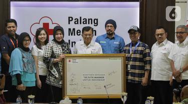 Ketua Umum PMI Jusuf Kalla (tengah) berfoto bersama usai tanda tangan simbolis sejuta masker untuk tangkal Virus Corona COVID-19 di Jakarta, Selasa (25/2/2020). Gerakan pengadaan satu juta boks masker dan sabun antiseptik untuk persiapan apabila virus masuk ke Indonesia. (Liputan6.com/Faizal Fanani)