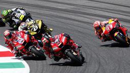 Pembalap Ducati asal Italia, Danilo Petrucci memimpin balapan Grand Prix MotoGP Italia di sirkuit Mugello, Italia (2/6/2019). Petrucci mencatatkan waktu 41 menit 33,794 detik. Dia unggul 0,043 detik dari Marc Marquez dan Andrea Dovizioso dengan catatan waktu 0,338 detik. (AP Photo/Antonio Calanni)