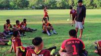 Bek senior Persipura, Ricardo Salampessy, melatih tim Volta PLN di Jayapura. (Bola.com/Nandang Permana)