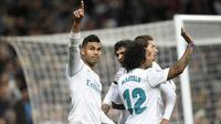 Pemain Real Madrid, Casemiro (kiri) mencetak gol pembuka untuk Real Madrid saat melawan Las Palmas pada laga  La Liga Santander di Santiago Bernabeu stadium, Madrid, (5/11/2017). Real Madrid menang 3-0. (AFP/Gabriel Bouys)
