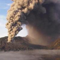 Gunung Bromo pernah meletus pada 2004. Ini videonya yang menegangkan.