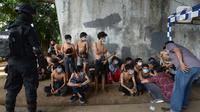 Petugas kepolisian mengamankan sejumlah orang yang diduga akan melakukan unjuk rasa di Kawasan Senayan, Jakarta, Kamis (8/10/2020). Mereka diduga hendak unjuk rasa menolak Undang-Undang Omnibuslaw Cipta Kerja di Gedung DPR. (merdeka.com/Imam Buhori)
