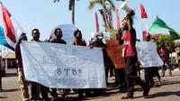 Puluhan mahasiswa asal Papua menggelar aksi damai di DPRD Bengkulu untuk menolak diskriminasi. (Liputan6.com/Yuliardi Hardjo)