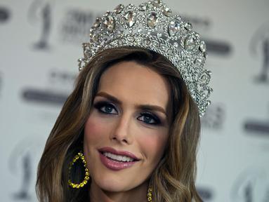 Foto pada 10 Juli 2018 memperlihatkan Miss Universe Spanyol, Angela Ponce melakukan wawancara di Madrid. Angela Ponce menoreh sejarah sebagai  kontestan transgender pertama yang secara terbuka menjadi wakil di ajang Miss Universe. (AP/Paul White)