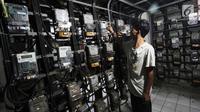 Seorang pelanggan tengah mengisi token listrik di Rusun Bendungan Hilir, Jakarta, Rabu (15/11). Pelanggan yang semula ada di level 1.300 VA akan mendapat fasilitas hingga 4.400 VA. (Liputan6.com/Angga Yuniar)