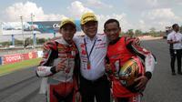 Pembalap Astra Honda Racing Team, Rheza Danica dan Awhin Sanjaya. (Bola.com/Ade Yusuf Satria)