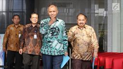 Ketua KPK Agus Rahardjo (dua kanan) bersama Kepala PPATK Kiagus Ahmad Badaruddin (kanan) dan Wakil Kepala PPATK Dian Ediana Rae (dua kiri) usai melakukan pertemuan di Gedung KPK, Jakarta, Selasa (6/3). (Liputan6.com/Herman Zakharia)