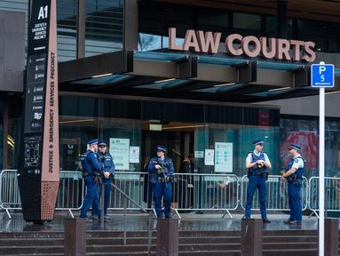 Polisi berjaga di luar pengadilan di Christchurch, Selandia Baru, 24 Agustus 2020. Pengadilan Tinggi di Christchurch memulai sidang putusan terhadap pelaku penembakan di masjid Christchurch.(Xinhua/Zhu Qiping)