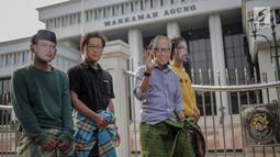 Sejumlah massa aksi dari Indonesia Corruption Watch (ICW) menggelar aksi teatrikal klinik sunat putusan koruptor di depan Gedung Mahkamah Agung, Jakarta, Jumat (29/3). Dalam aksinya mereka menuntut Mahkamah Agung untuk menolak setiap permohonan PK yang diajukan oleh terpidana korupsi. (Liputan6.com