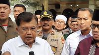 Ketum DMI Jusuf Kalla (JK) usai meninjau penyemprotan disinfektan di Masjid Al-Munawwar Pasar Minggu, Jakarta Selatan, Jumat (13/3/2020). (Liputan6.com/Ady Anugrahadi)