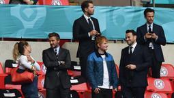 David Beckham (kiri) dan Ed Sheeran (kanan) menonton pertandingan babak 16 besar Euro 2020 antara Inggris dan Jerman di Stadion Wembley, London, Inggris, Selasa (29/6/2021). Inggris menang 2-0. (Photo by JUSTIN TALLIS/POOL/AFP)