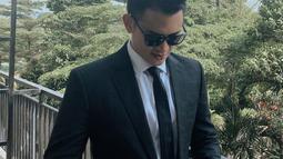 Tak hanya piawai dalam berakting, paras tampan pemilik nama lengkap Rezky Adhitya Drajatmoko ini sering mencuri perhatian. Apalagi saat mengenakan setelan jas berwarna hitam ini, Rezky terlihat makin menawan. (Liputab6.com/IG/@thereal_rezkyadhitya)