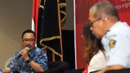 Kepala Seksi IMTA Sektor Industri ditjen kemenaker, R Septy Priharso (kiri) memberikan tanggapan pada membuka Sosialisasi Peraturan Keimigrasian di kantor Imigrasi Jakarta Selatan, Kamis (15/10/2015). (Liputan6.com/Helmi Fithriansyah)