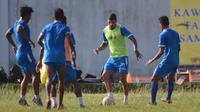 Sesi latihan Arema FC menjelang laga versus Madura United. (Bola.com/Iwan Setiawan)