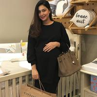 Tengah berbadan dua, Nabila Syakieb kini tengah menunggu waktu persalinannya. Selama hamil, aura cantik Nabila pun semakin terpancar.  (Instagram/nsyakieb85)