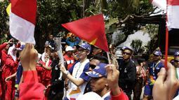 Aktor Brandon Salim membawa obor Asian Games saat Torch Relay Asian Games 2018 di Cipayung, Jakarta Timur, Rabu (15/8). Ini kali pertama api abadi kembali ke Jakarta setelah terakhir singgah pada Asian Games 1962. (Kapanlagi.com/Agus Apriyanto)