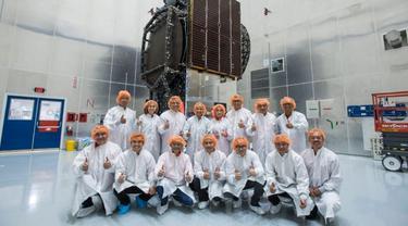 Menteri BUMN Rini Soemarno dan Dirut Telkom Indonesia Alex Sinaga meninjau langsung Satelit Merah Putih di SpaceX, Cape Canaveral Air Force Station, Florida. (Dok Kementerian BUMN)