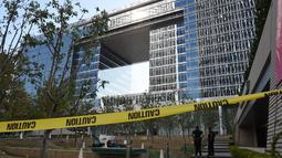 Garis polisi terpasang di kantor Deutsche Bank di Los Angeles, California, Rabu (19/8/2015). Sebuah paket mencurigakan yang ditemukan di ruang surat di kantor Deutsche Bank tersebut sempat memaksa evakuasi pekerja dari bangunan. (AFP/MARK RALSTON)
