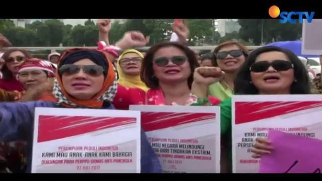 Ratusan Perempuan Peduli Indonesia menggelar aksi mendukung Perppu Ormas di depan Gedung DPR, Kamis, 27 Juli 2017.