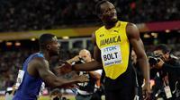 Pelari AS, Justin Gatlin meminta maaf pada Usain Bolt setelah menjadi juara pada lomba lari 100 meter Kejuaraan Dunia Atletik 2017 di Stadion London, Minggu (6/8). Usai kemenangannya, Gatlin meminta maaf dan berlutut di hadapan Bolt (AP/Matthias Schrader)